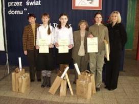 Trzy finalistki konkursu wraz z nauczycielkami. Od lewej - Aleksandra Sokołowska (I miejsce), Karolina Bednarowicz (II miejsce), Iwona Rychły (III miejsce).